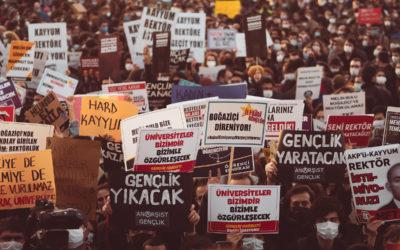 Turkkilaiset opiskelijat uhmaavat presidentti Erdoganin rehtorivalintaa