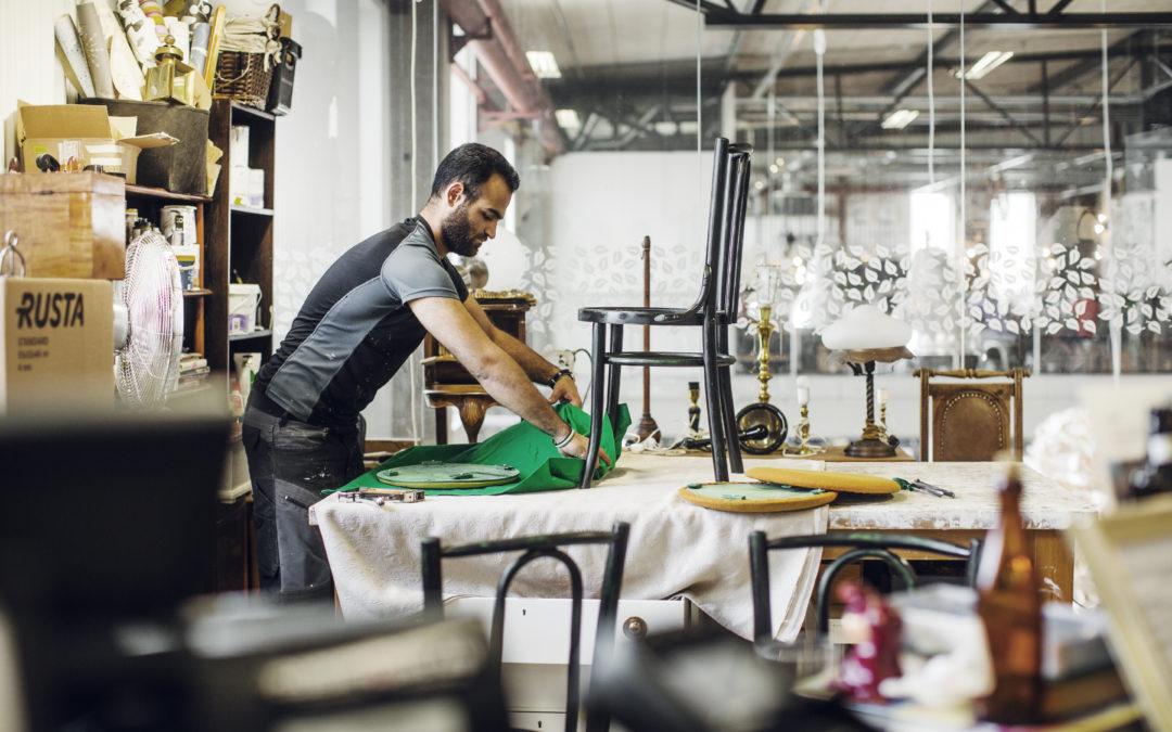 Eskilstunan ReTuna on maailman ensimmäinen kierrätyskauppakeskus ja siellä Ikeakin myy korjattuja huonekalujaan